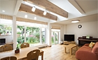 緑と太陽の光に包まれる家