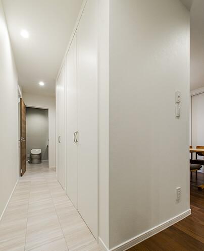回遊廊下と収納(奥はトイレ)