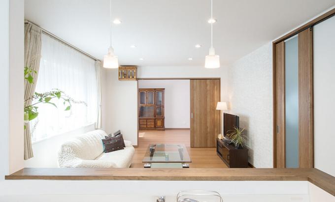 大人数のホームパーティーに対応するシンプル空間